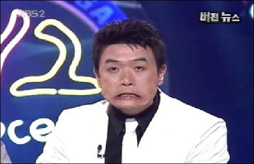 지난 24일 밤 방송된 <개그콘서트>의 '버전뉴스' 코너에서 개그맨 김대희씨가 턱을 부자연스럽게 움직이는 버릇을 연기하고 있다. 지난 24일 밤 방송된 <개그콘서트>의 '버전뉴스' 코너에서 개그맨 김대희씨가 턱을 부자연스럽게 움직이는 버릇을 연기하고 있다.